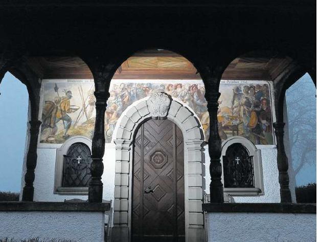 Die beiden Kappeler Landfrieden hat Hans Zürcher auf die Aussenwand der Deibüel-Kapelle in Baar gemalt. Vom Zweiten existieren sonst kaum Darstellungen. (Bild Stefan Kaiser)