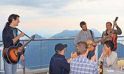 Das draussen geplante Konzert von Black Creek wurde wetterbedingt nach drinnen verlegt. Beim Apéro spielten die Musiker jedoch im Freien. Bilder Guido Bürgler