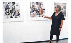 Die Künstlerin Myrta Römer vor drei Collagen, in die sie Elemente der Musik hat einfliessen lassen. Bild Verena Blattmann