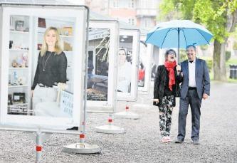 Jacqueline Amrhein und René Freiermuth von der IG Altstadt Zug freuen sich über die gelungenen Plakate. (Bild Stefan Kaiser)