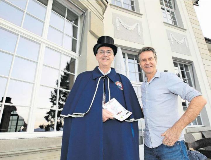 Komiker Rob Spence (rechts) und Zeremonius Jürg Messmer posieren vor dem Theater Casino Zug. (Bild Charly Keiser)