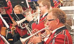 Schöne Melodien: Die Musikgesellschaft Steinerberg sorgte zusammen mit den Wildspitzjuuzern für weihnachtliche Momente. Bild Philipp Betschart