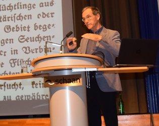 Peter Geiger (im Bild) führt am Montag, 20. Mai, durch die Ausstellung.