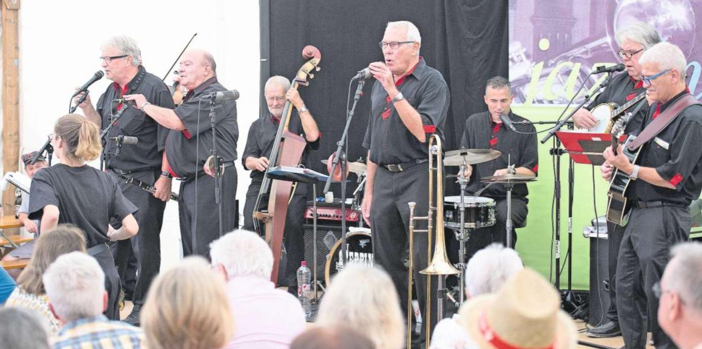 Dixieland im Zelt: die Steppin Stompers am Jazz im Sommer in Baar. (Bild Maria Schmid)