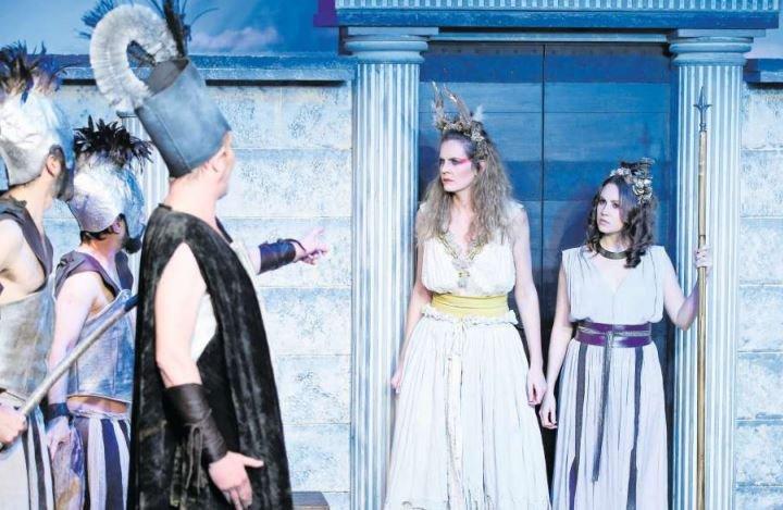 Lysistrate (links, gespielt von Barbara Hess) und Kleonike (Leandra Mondin) lassen die Männer nicht durch. (Bild Stefan Kaiser)