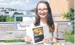 Joëlle Schüpfer ist sichtlich stolz auf ihr zweites Buch: «Es gefällt mir besser als mein erstes.» Bild Bianca Anderegg