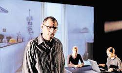 Franz Föhn (Zälli Beeler), die zentrale und tragische Figur der Handlung, auf der Bühne, die Ermittlerinnen eingeblendet in der Filmszene. Bilder Stefan Zürrer