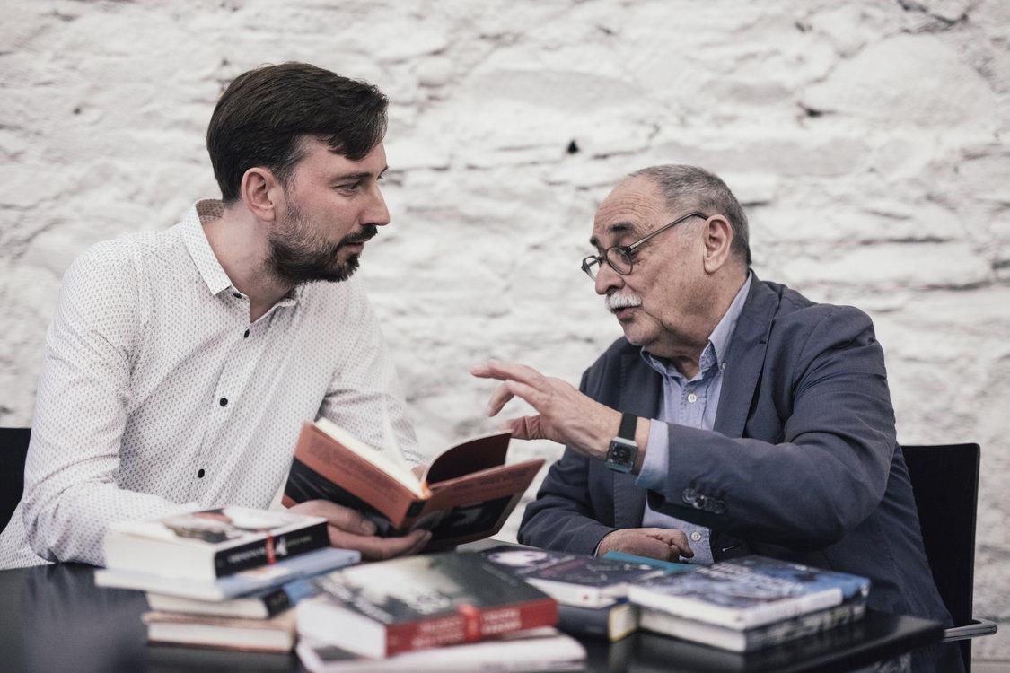 Thomas Heimgartner und Armin Oswald bei ihrem Lieblingsthema: Literatur. Bild: Philippe Hubler
