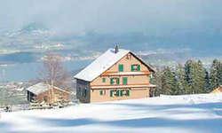 Neuster Kinostandort: Die Umgebung rund um die Skihütte des Skiclubs Altendorf wird am Samstagabend zum einmaligen, wenn auch frostigen, Kinoareal umfunktioniert. Bild zvg