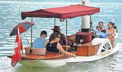 Dutzende Gäste nutzten die einmalige Gelegenheit, mit einem Dampfboot über den Lauerzersee zu fahren. Bild Guido Bürgler