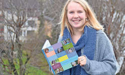Ronja Imlig ist stolz auf ihr Endergebnis: 28 Porträts vereint in einem Buch. Bild Nadine Annen