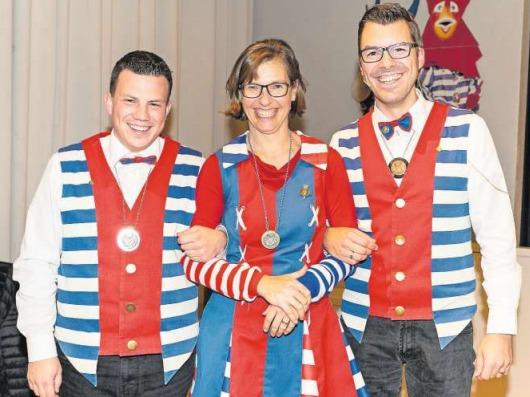 «Räbemuetter» Andrea Andermatt wurde mit der Silbernadel ausgezeichnet. Flankiert wird sie von Präsident Reto Herger (rechts) und Plakettenchef Florian Buess. (Bild PD)