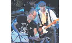 Die Lachner Mügg Zweifel (links) und Fredy Kuster gemeinsam auf der Bühne. Bilder Frieda Suter