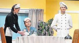 Nach vielen verbalen Erniedrigungen serviert das Personal seiner Hausherrin einen Tee mit Spezial-Zusatz. Bild: Guido Bürgler