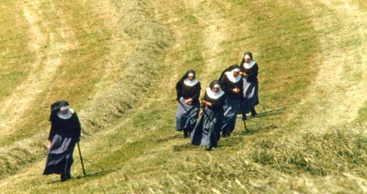 Klosterschwestern am Heuen auf dem Gubel in Menzingen. (Bild: langjahr-film.ch)