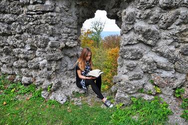 Rahel Hefti besucht auch selbst gerne die Burgruine in Wädenswil, bei der sich ein wesentlicher Teil der Geschichte ihres neusten Buches abspielt.  Bild zvg