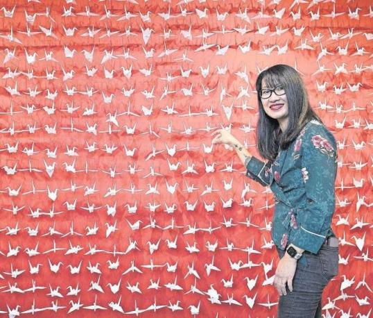 Die Origami-Künstlerin Mirei Tanaka-Lingg mit ihren 1000 Kranichen. (Bild Matthias Jurt)