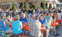 Bereits am Vorabend waren die Plätze im Biergarten gut besetzt. In der warmen Abendsonne liessen es sich viele Gäste gut gehen. Bild Christoph Jud