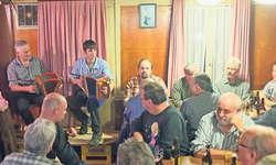 Urchige Stimmung im Restaurant Waage in Lauerz. Auch junge Musikanten wie Sandro Anderrüthi (hier zusammen mit Res Ulrich) spielen heute Stöpselbassörgeli. Bild Roger Bürgler