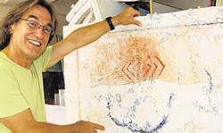 Er fühlt sich sehr wohl in Gersau: Peter J. Gehring mit einem Bild aus der Chronos-Reihe in seinem Atelier. (Bild Silvia Camenzind)
