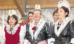 Schmucke Trachtenpracht: Die Frauen des Chors der Trachtenvereinigung Arth-Goldau strahlten gestern in ihren schönen Trachten beim Auftritt am Festakt. Bild Christoph Jud