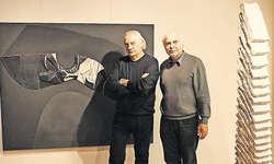 Die Künstler präsentierten ihre Werke: Adriano Piu (links) mit einem Reliefbild in Mischtechnik, Pi Ledergerber neben einem seiner Monolithen. Bild Patrick Kenel