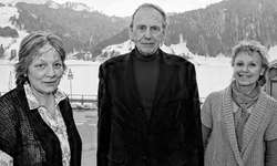 Der Autor Andreas Müller mit seiner Verlegerin Katherine Reichenbach (links) und der Gastgeberin Ruth Della Rossa vom Gasthaus «Stausee». Bild Kurt Kassel