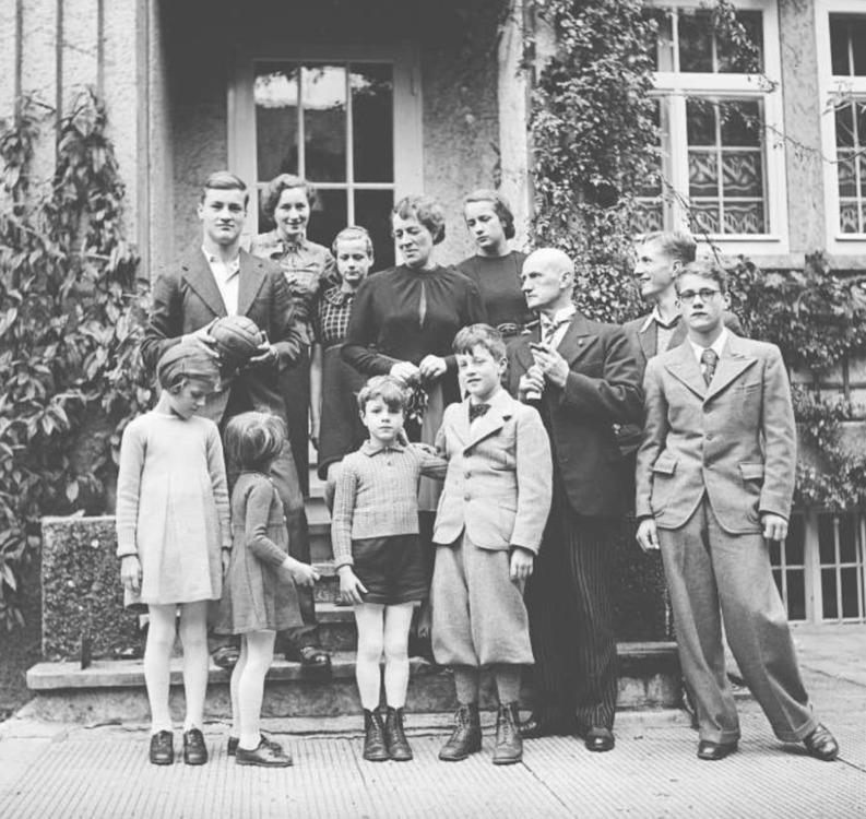 Philipp Etter posiert mit seiner Frau Maria und seinen Kindern und Enkelkindern vor seinem Berner Wohnhaus. (Bild Photopress/Keystone, um 1938)