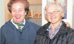 Museumspräsidentin Brigitte Diethelm (links) und Mundartdichterin Rosa Schuler an der Vernissage der Weihnachtsausstellung im Marchmuseum. Bilder Heidi Peruzzo
