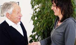 Präsident Franz Lacher dankt der Jubilarin Erika Kälin für die 30 Jahre Mitsingen im Chor. Foto: zvg