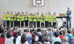 Andrew Bond und der Kinderchor Peperoncini rissen an den beiden Konzerten in Wilen Kinder und Erwachsene gleichermassen mit. Bild Hans Ueli Kühni.