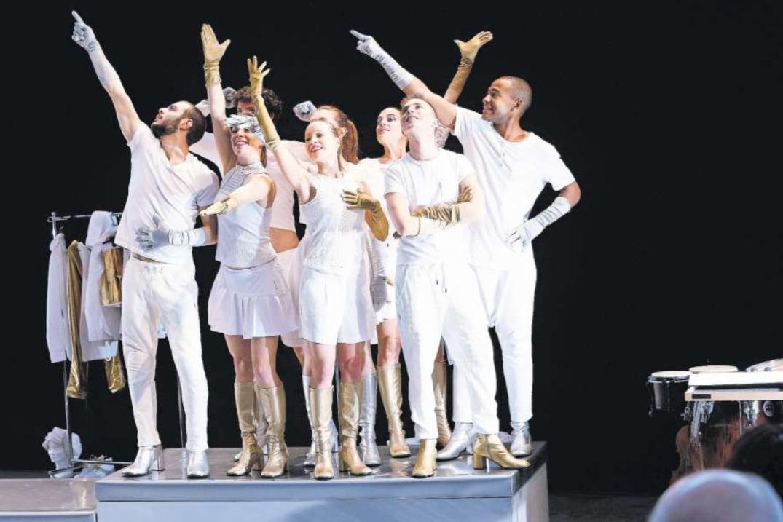 Die Gruppe Young Performance des Lucerne Festival experimentiert auf der Bühne der Zuger Shedhalle. (Bild Werner Schelbert)