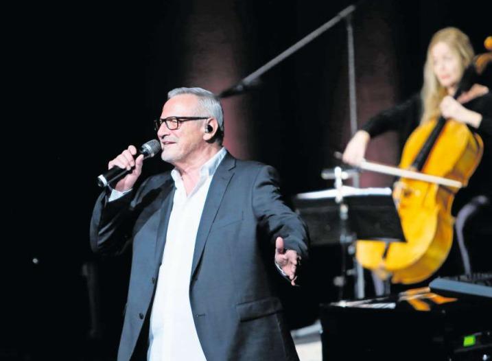 Konstantin Wecker auf der Bühne im Theater Casino Zug. (Bild Stefan Kaiser)