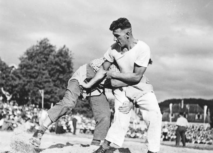 Ein Kampf im «Sagmähl»: Hier zwei Schwinger beim Fest 1943. (Bild Staatsarchiv Zug)