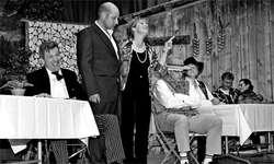 Verliebte, Zerstrittene, Zermürbte, Eifersüchtige, Überglückliche – die Laienschauspieler vom Wägital spielten voller Enthusiasmus und boten gute Unterhaltung. (Bild: Janinie Jakob)