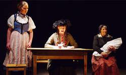 Frauenzimmer (von links): Vreneli (Sandra Steiner), Elisi (Valeska Marty) und Base (Annemarie Auf der Maur). Foto: zvg