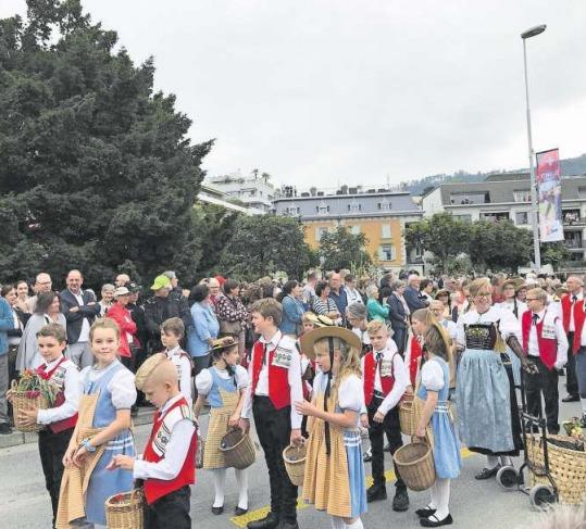 Auch Kinder wirkten an der Umzugsnummer des Zuger Kantonalen Trachtenverbands mit. (Bild PD)