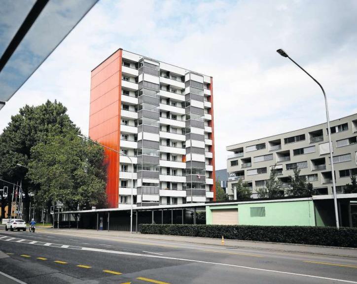 An der Baarerstrasse 122 steht Zugs erstes Hochhaus (Baujahr 1959). Die Balkone kamen später dazu. (Bild Stefan Kaiser)