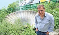 Nach 80 Jahren wieder in Betrieb: Alvaro Schoeck vor dem instand gestellten Brunnen hoch über Brunnen. Bild pd