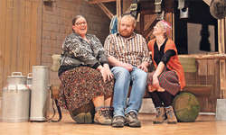 Der verdatterte Leopold (Richard Schmid) wird von den zwei ledigen Schwestern Berti (Daniela Schaffert, links) und Trudi (Antonia Immoos, rechts) mit Annäherungsversuchen überrumpelt. Bild: Ruth Auf der Maur