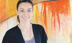 Die Künstlerin Chantal Hediger vor einer ihrer eindrucksvollen Farbkompositionen. Bild Kurt Kassel