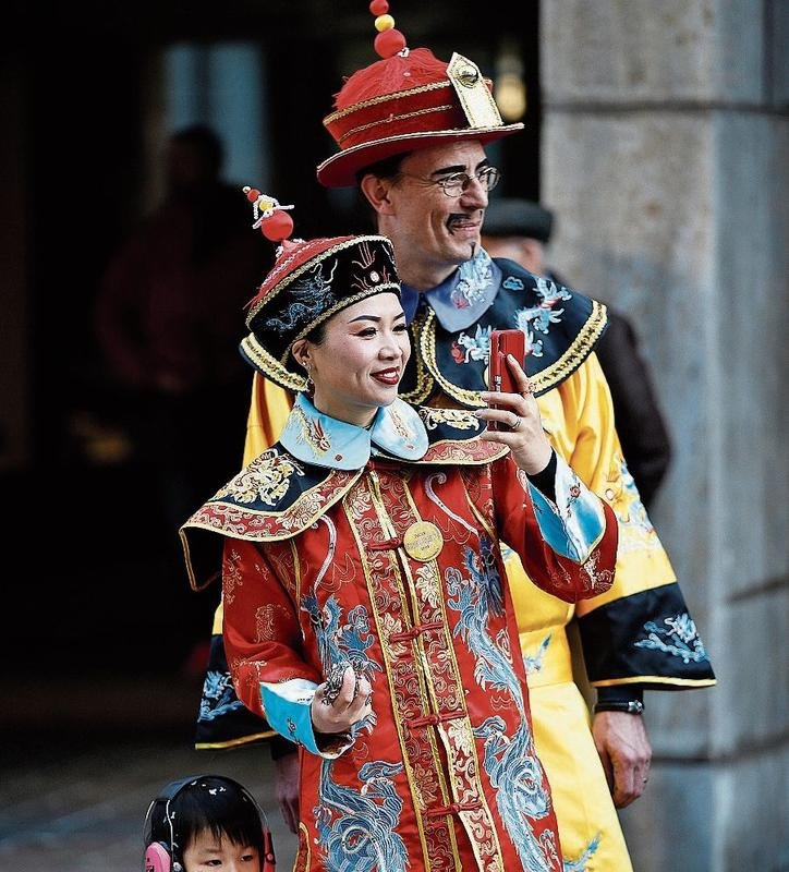 Aus China zum Stadtzuger Umzug angereist scheinen die Gäste im Bild links oben.