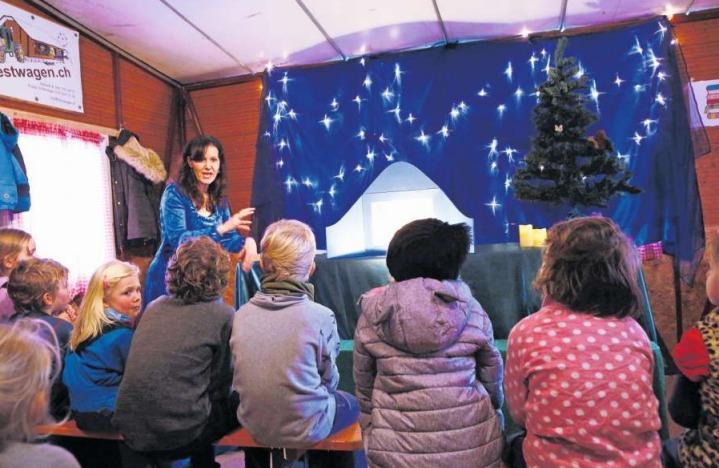 Im Märlihuus auf dem unteren Postplatz können die Kinder spannenden Geschichten lauschen. (Bild Werner Schelbert)