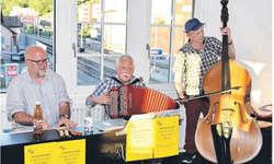 Urs Fischer am Piano, Claude Camenzind am Akkordeon und Hans Gadient am Bass (v. l.) sorgten für den musikalischen Rahmen bei der ersten Stubete von «Zwischenhalt Bäch». Bild Hans Ueli Kühni