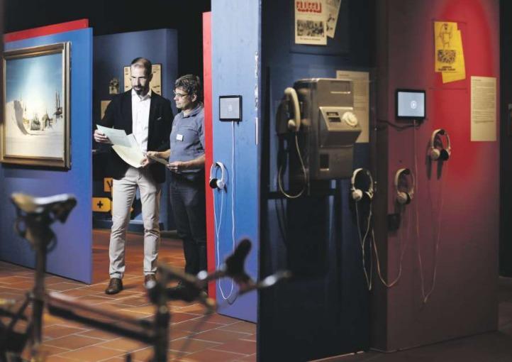 Museumsdirektor Marco Sigg (links) und Kurator Christoph Tschanz inmitten der neuen Sonderausstellung im Museum Burg Zug. (Bild Stefan Kaiser)