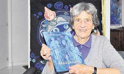 Bilder und Gedanken der Begegnung: Die Künstlerin Magda Blau mit ihrem neuen Werk «Begegnung» bei sich zu Hause in Merlischachen. Bild Edith Meyer