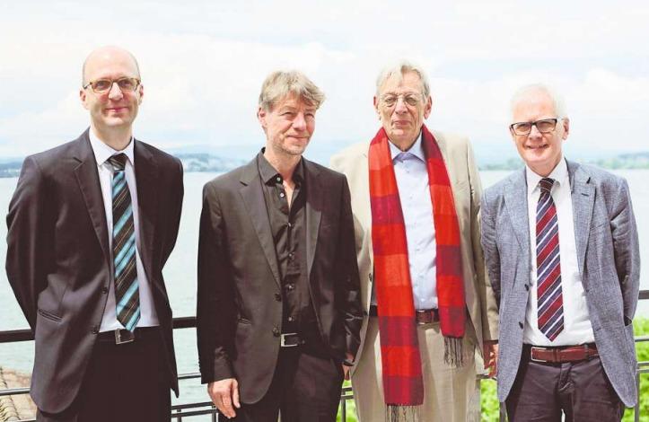 Die vom Verein Zuger Übersetzer ausgezeichneten Berthold Zilly (Zweiter von rechts) und Christian Hansen (Zweiter von links), umrahmt von Vereinspräsident Hanspeter Uster (rechts) und Vorstandsmitglied Georg Gerber. (Bild Basil Koller)