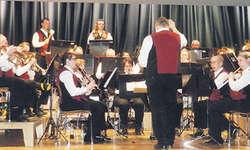 Toni Gräzer führte am Samstagabend zum 18. und letzten Male die Musikgesellschaft Oberiberg durch ein äusserst abwechslungsreiches und unterhaltendes Programm. Bild Konrad Schuler