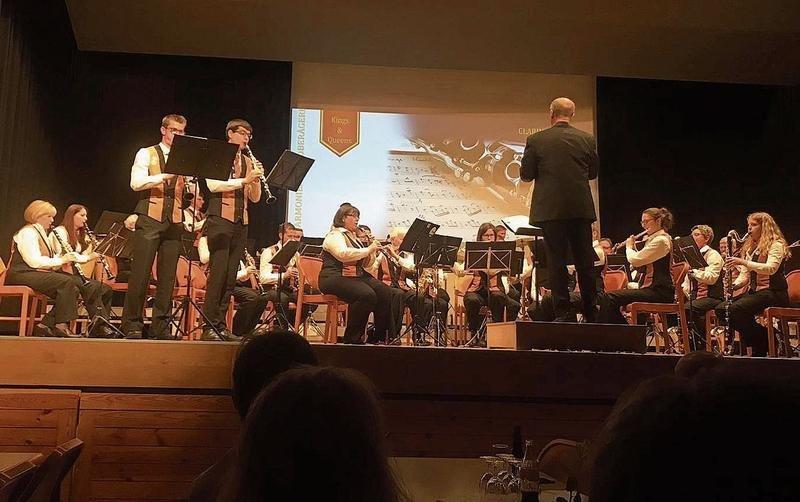 Die Harmoniemusik Oberägeri mit den beiden Soloklarinettisten Yannick Henggeler, stehend links, und Reto Bürgisser. (Bild PD)