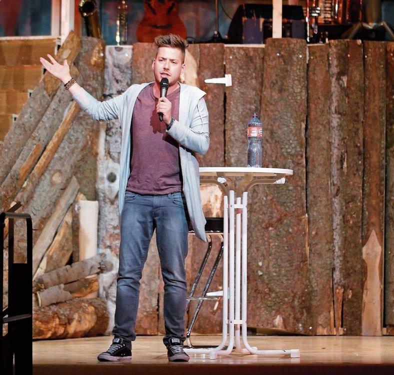 Der Comedy-Gast Joël von Mutzenbecher brachte die Menzinger zum Lachen. (Bild Stefan Kaiser)